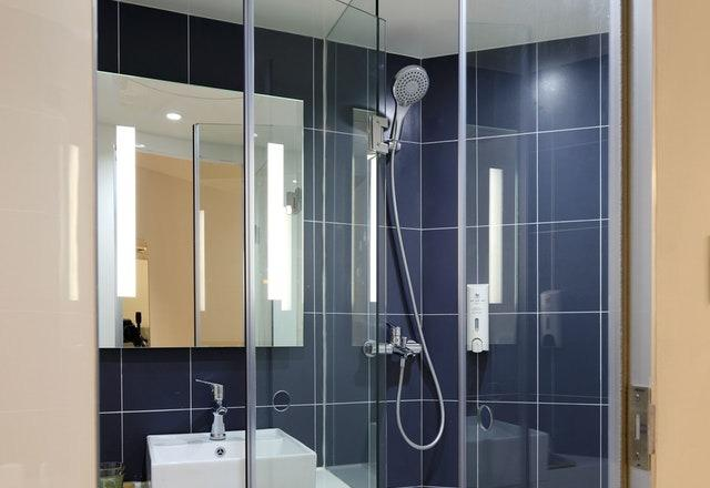 Szklane kabiny prysznicowe w łazienkach