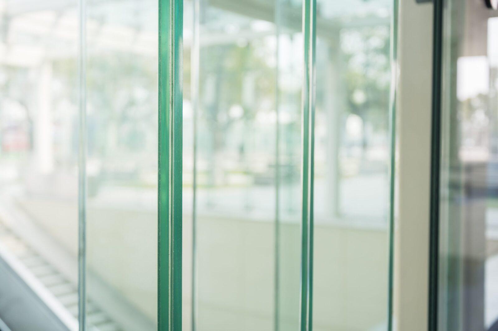 Przesuwne drzwi szklane w pomieszczeniach