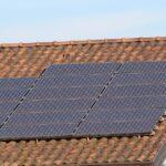 inwestycja w ogniwa fotowoltaiczne na dachu domu